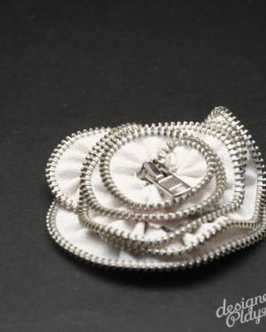 Poppy Zipper Brooch in Off White with silver teeth